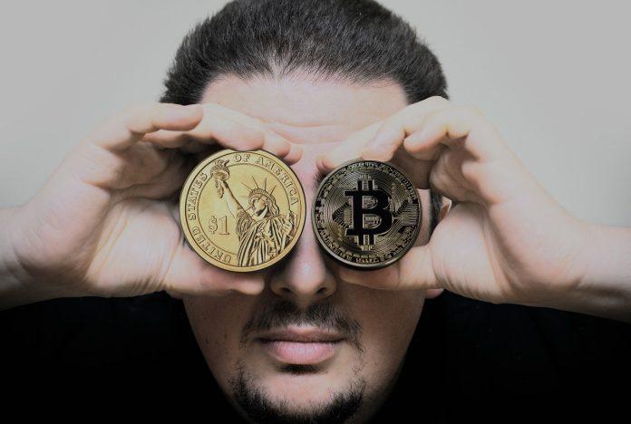 pixabay.com/de/photos/hand-mann-bitcoin-dollar-3051988/